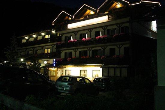 Hotel Miramonti: facciata hotel di notte