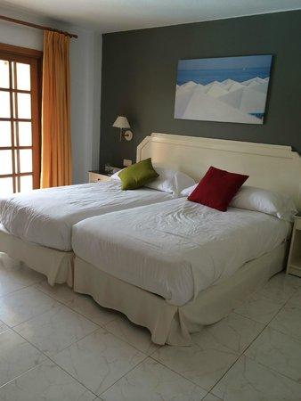 Elba Castillo San Jorge & Antigua Suite Hotel : Bedroom, huge with decent sized mirror, balcony entrance, wardrobe, safe and tv
