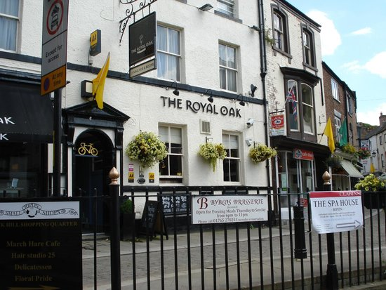 The Royal Oak Hotel: View From Road