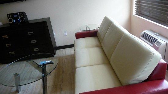 Tradewinds Apartment Hotel : Wohnzimmer