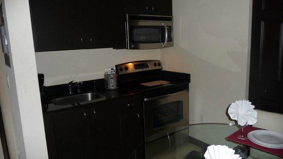 Tradewinds Apartment Hotel : Küchenzeile mit Mikrow. und Herd