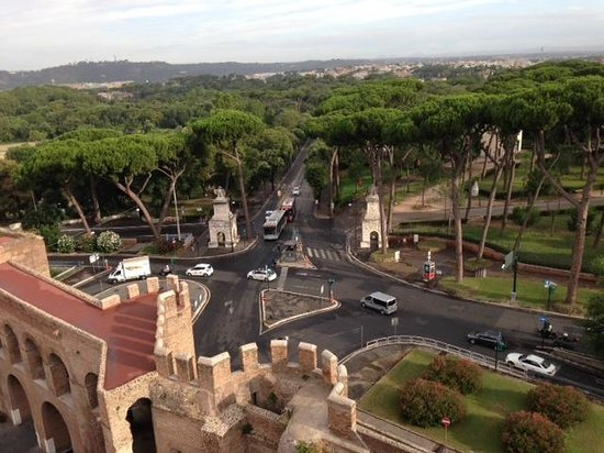 Rome Marriott Grand Hotel Flora : View from the rooftop breakfast - into the park entrance