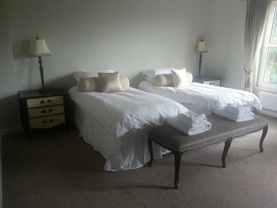 Waterhouse: Twin-Bed-Room