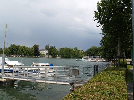 Historic Town Hall: Binnenkomst en parkeerplaats langs het water.