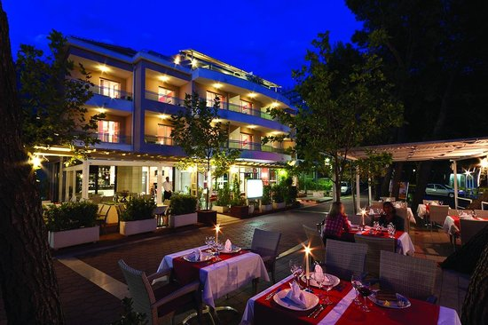 The Maritimo Hotel: Maritimo hotel at night
