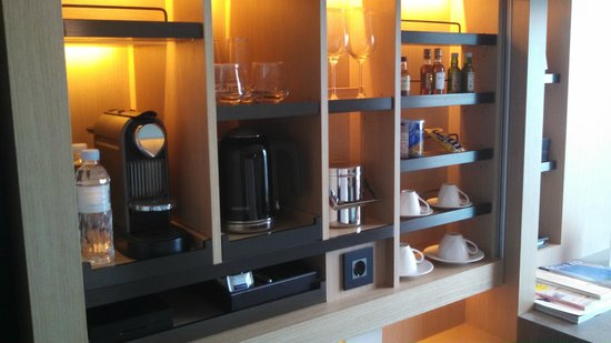 Conrad Seoul: amenities cabinet with nespresso, tea and dishes