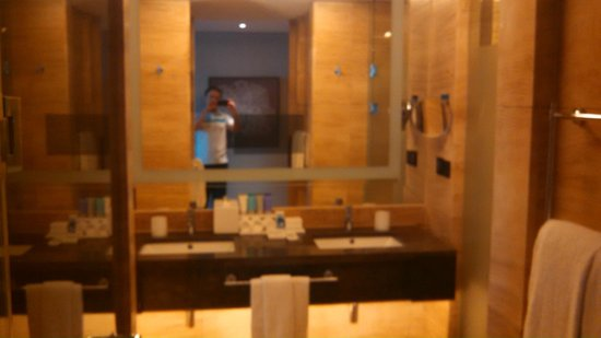 Conrad Seoul: large bathroom with t.v. in the mirror