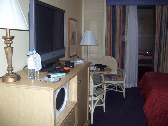 Best Western Orlando Gateway Hotel: TV and workstation