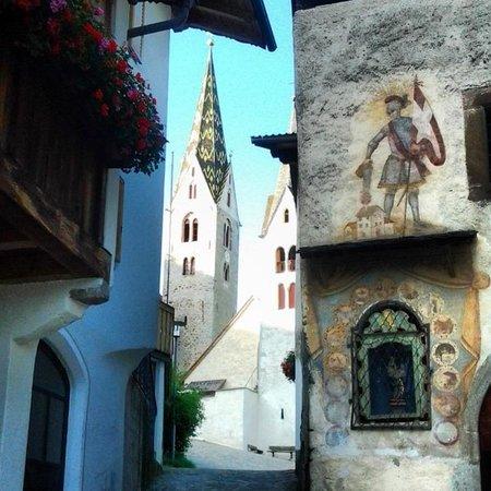 Restaurant Ansitz zum Steinbock: vicolo d'affaccio dell'ingresso