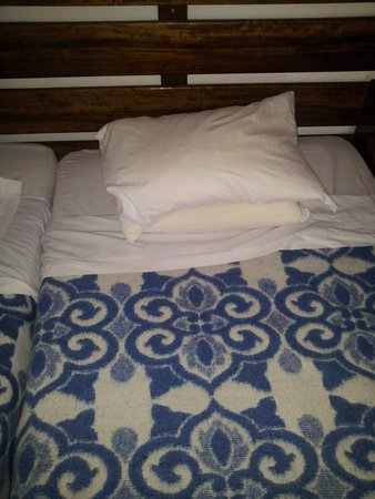 Hotel da Gale: Tiny pillows