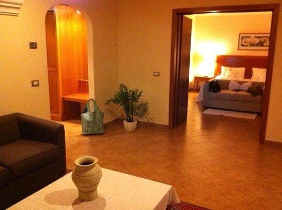 Geovillage Sport Wellness & Convention Resort: zona salotto-disimpegno