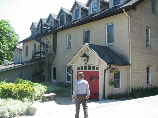 Benmiller Inn & Spa: My husband walking up to the front registration