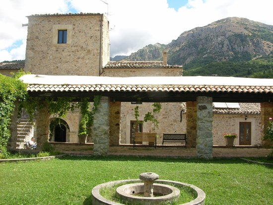 Giardino Donna Lavia: backyard