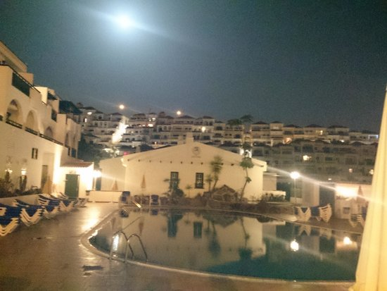Neptuno Aparthotel: lovely view at night