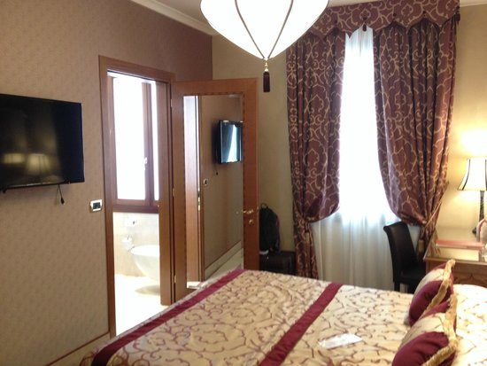 Ai Mori d'Oriente Hotel: doorgang badkamer