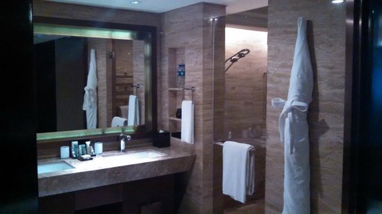 Hilton Beijing Wangfujing: large bathroom