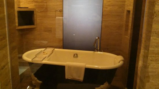 Hilton Beijing Wangfujing: walk in shower with large tub