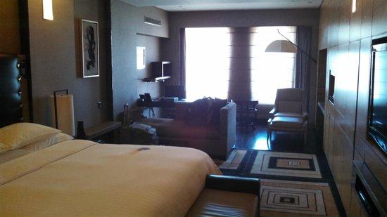 Hilton Beijing Wangfujing: couch and desk area