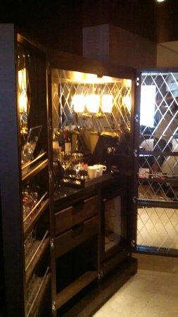 Hilton Beijing Wangfujing: mini bar and snack area