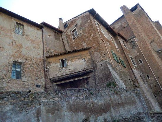 Ss.Quattro Coronati : ss 4 - veduta laterale edificio da v. dei ss 4