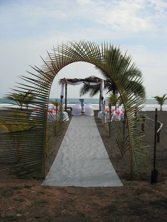 Cocomar Beachfront Hotel: beautiful entrance to a wonderful life