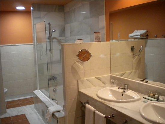 Parador de Tordesillas: Bathroom