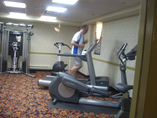 Hotel MTL EXPRESS Montreal Airport: gym