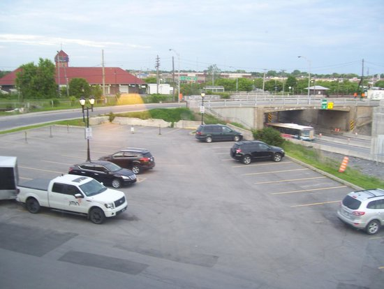 Hotel MTL EXPRESS Montreal Airport: parking and closed sidewalk!