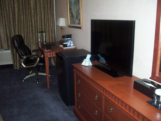 Hotel MTL EXPRESS Montreal Airport: tv and desk
