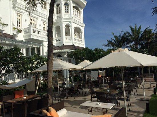 Villa Song Saigon : the restaurant courtyard with the colonial facade