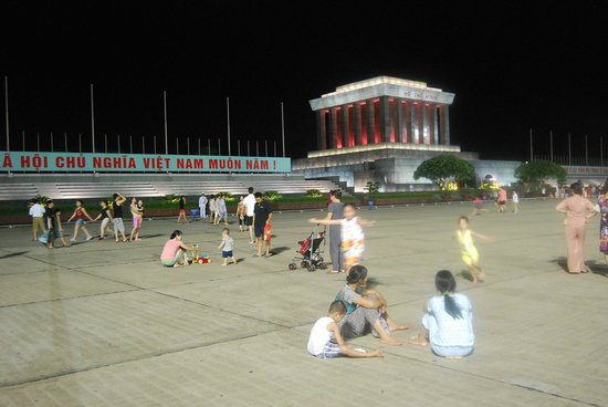 Mausoleo de Ho Chi Minh: Families play in the square, after the ceremony