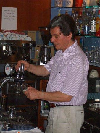 Hotel Saponi: La barman Bruno.