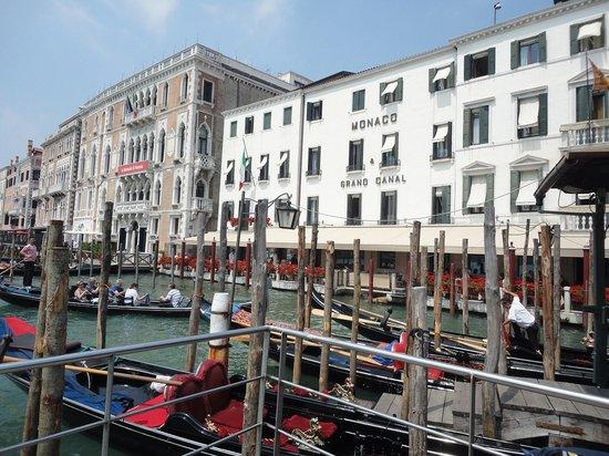 Hotel Monaco & Grand Canal: ヴァポレット乗り場より