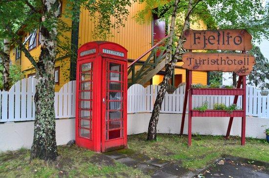Fjellro Turisthotell: Utenfor bygningen hvor vi hadde rom