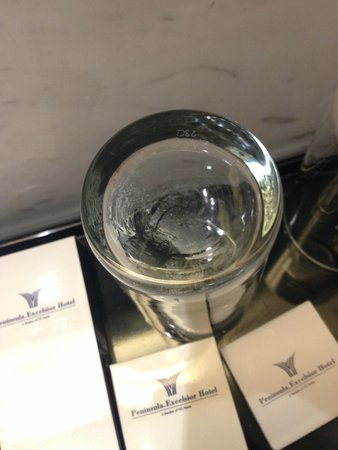 Peninsula Excelsior Hotel: 浴室裡厚厚一層白色水垢的水杯 Dusty glass in the toilet