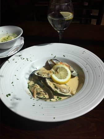Olive & Thyme: Starter: Mussels in a creamy white whine sauce