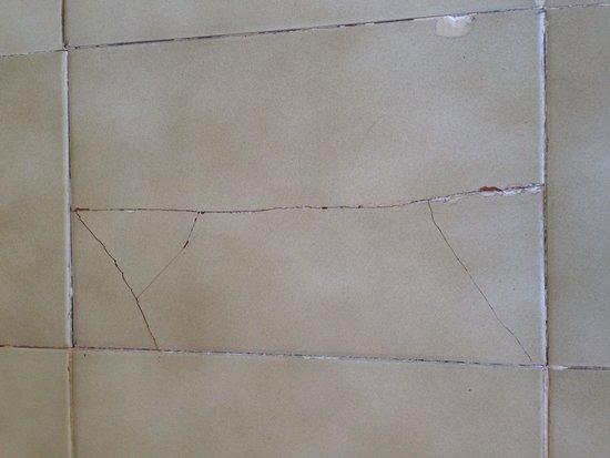 Hotel Grand Teguise Playa: One of many broken floor tiles