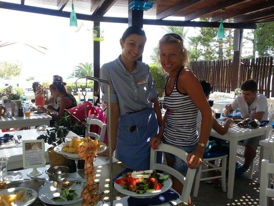 Mediterranean Beach Hotel : 19.07.2014г. В ресторане. Я и Наташа.