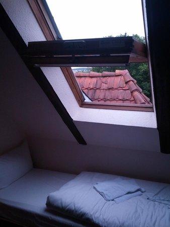 Villa Loewenherz: Winziges Veluxfenster ohne Sonnenschutz