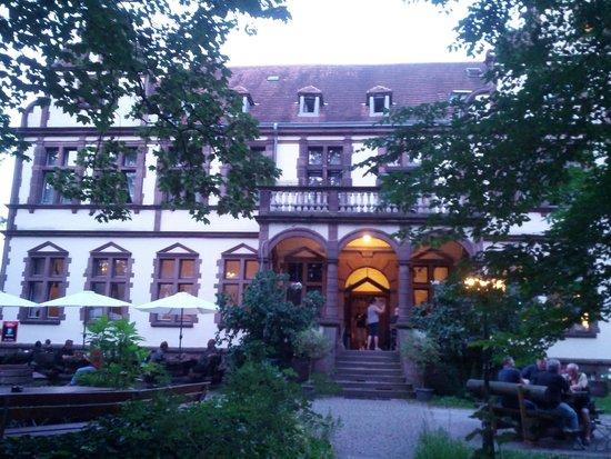 Lauenforde, Alemania: Blick auf die Villa Löwenherz mit Garten