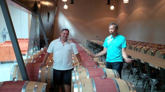 """West Kelowna, Canadá: In the barrel room with Howard """"owning it"""""""