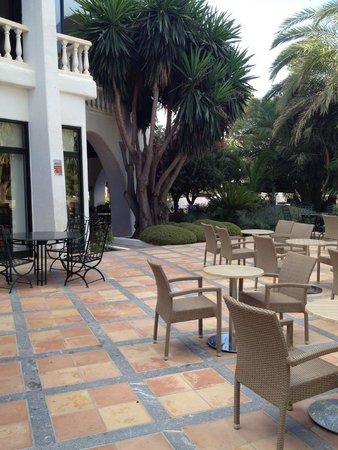 Maritim Hotel Galatzó: Hotel courtyard