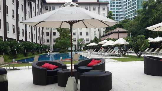 ibis Bangkok Riverside: Pool Side Sitting Area