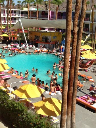 The Saguaro Palm Springs: busy saturday afternoon at the pool