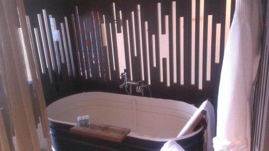 W Retreat & Spa Vieques: The tub - open area