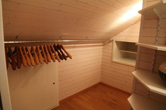 Domaine De Chateauvieux: closet