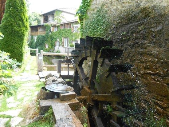 Le Moulin du Roc: Le moulin et au bout les chambres