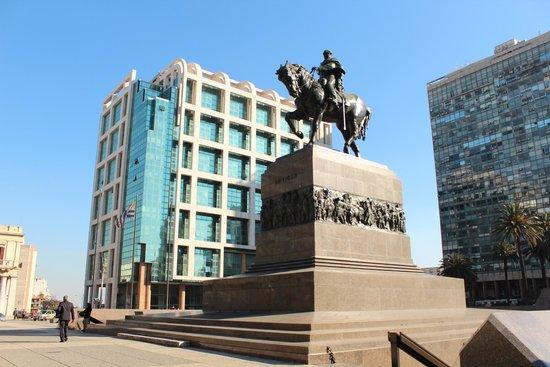 Plaza Independencia (Unabhängigkeitsplatz): Monumento ao General Artigas