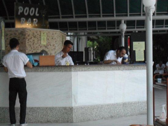 L'Etoile Hotel: Excellent bar staff