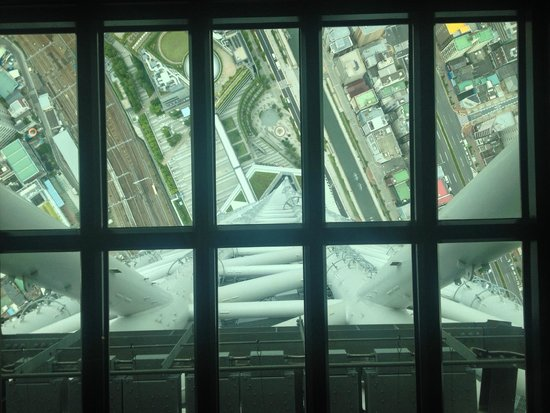 Tokyo Skytree: View to the ground standing on the glass floor